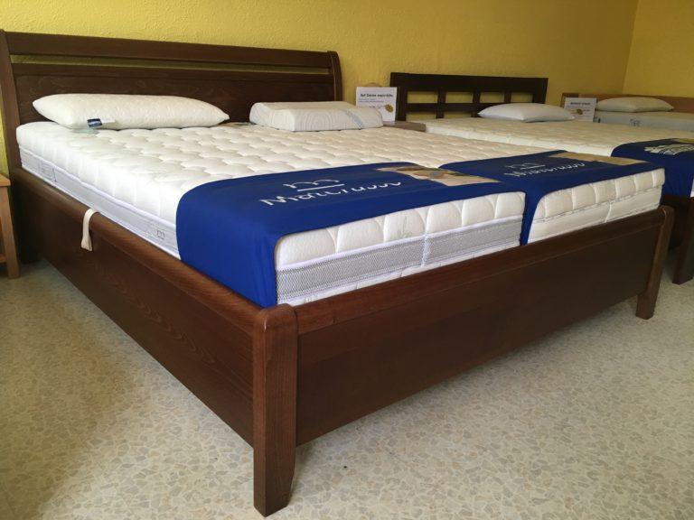 Dýhovaná manželská postel
